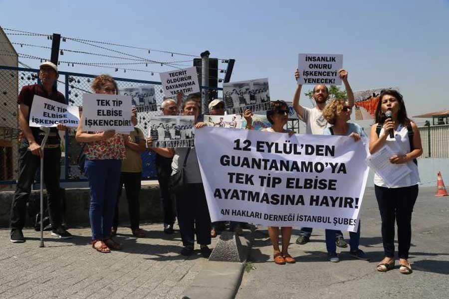 İHD'den Metris Cezaevi önünde 'tek tip elbise' protestosu