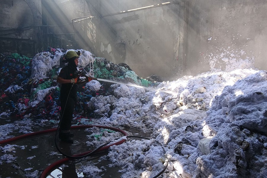 Bursa'da tekstil fabrikasının deposu küle döndü