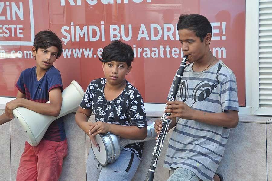 Harçlıklarını çıkarmak için müzik yapıyorlar