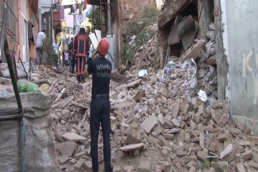 Beyoğlu'da 2 katlı bina çöktü