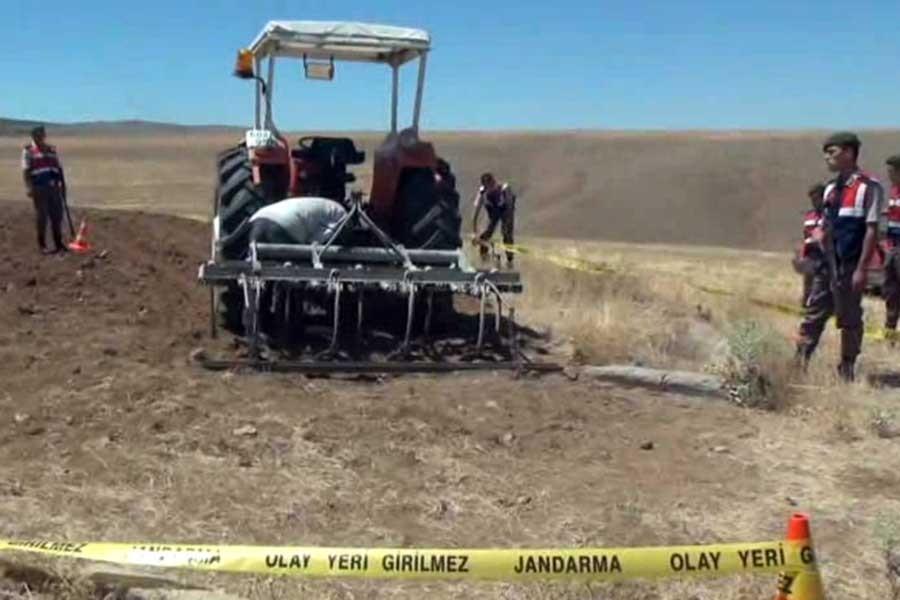 Traktör ile çapa makinesi arasına sıkışan çiftçi öldü