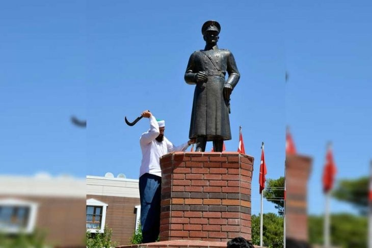 A man who attacked a statue of Atatürk was arrested