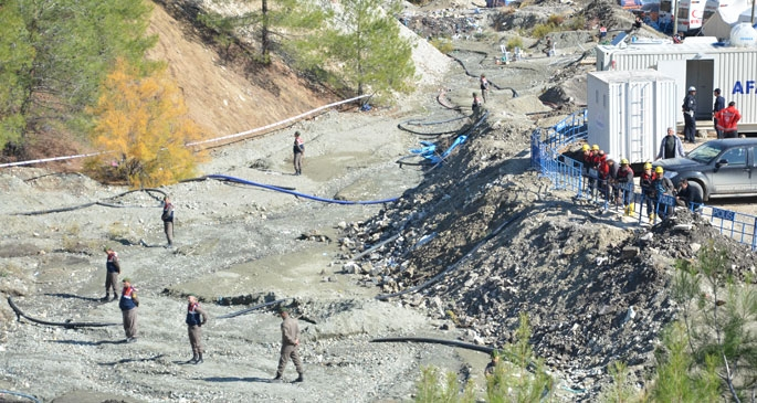 Madenci yakınları kimlik kontrolüyle içeri alınıyor