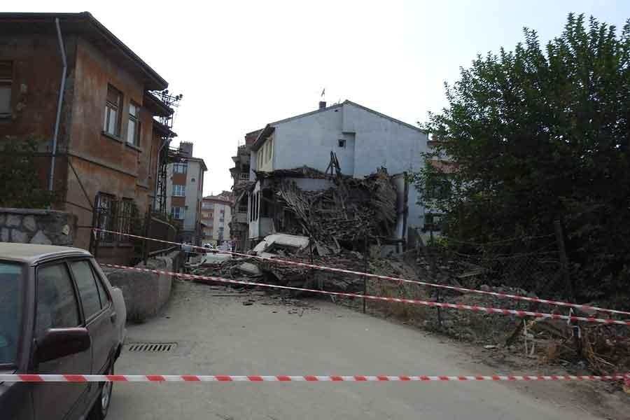 İlkokulun yakınındaki metruk bina çöktü