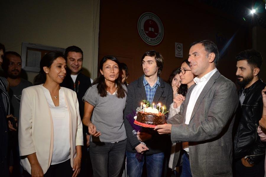 Yarkadaş: Mumları tutuklu gazeteciler için üflediler