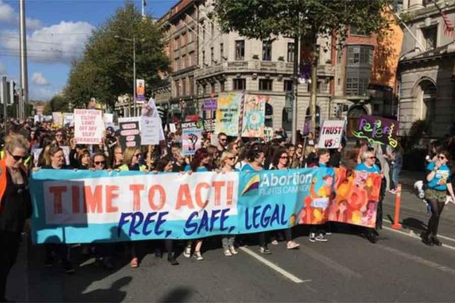 İrlanda'da binlerce kadın kürtaj hakkı için yürüdü