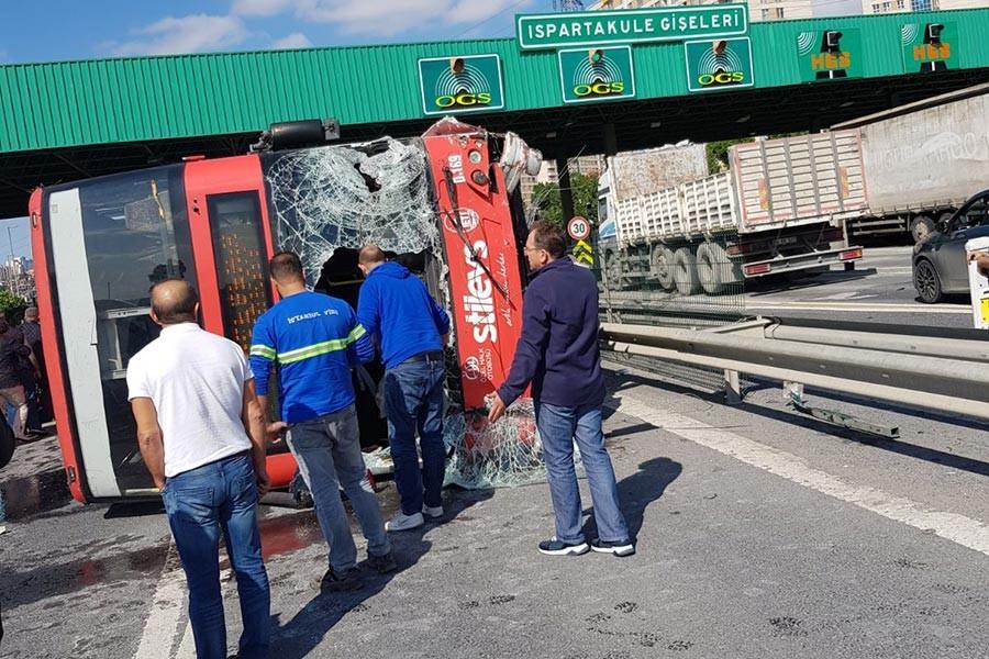 İstanbul Bahçeşehir'de iki katlı özel halk otobüsü devrildi