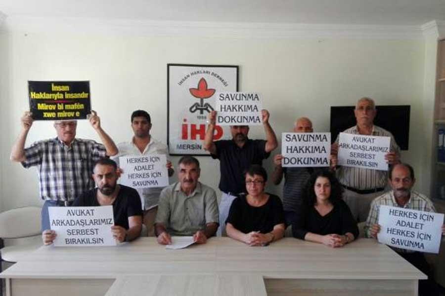 Mersin'de avukatlara gözaltı protesto edildi