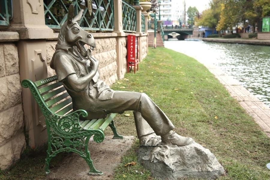 Eskişehir'de, Porsuk kıyısına çekirdek çitleyen eşek heykeli