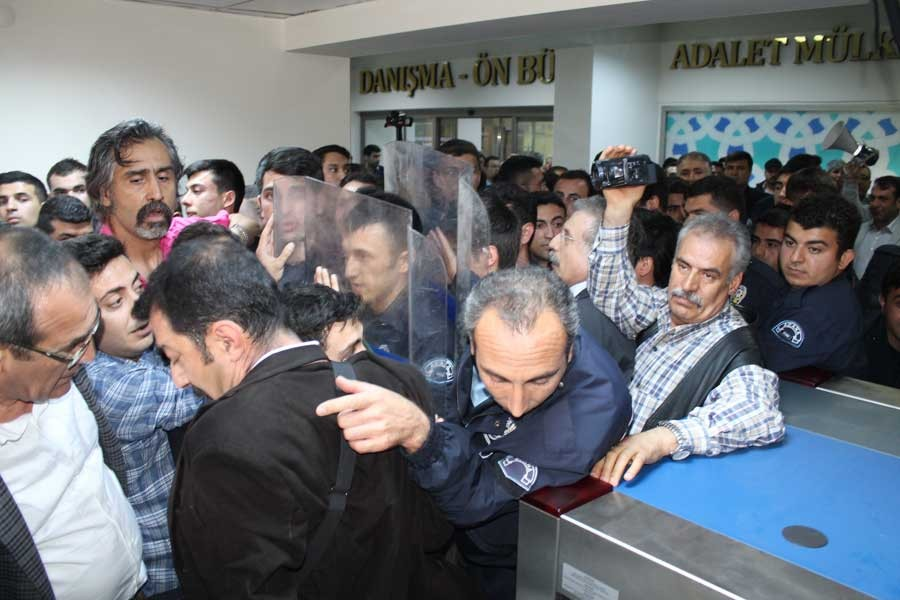 Aranmaya karşı çıkan avukatlar beraat etti
