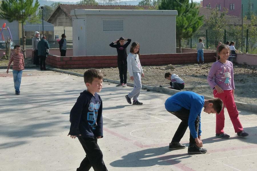 İlköğretim okulu bahçesinde ölüm tehlikesi!