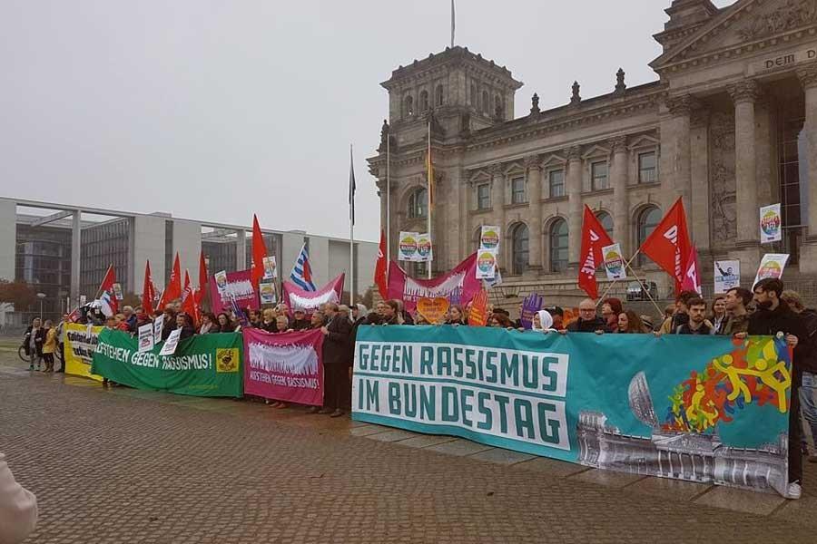 Almanya'da meclis protestoyla açıldı