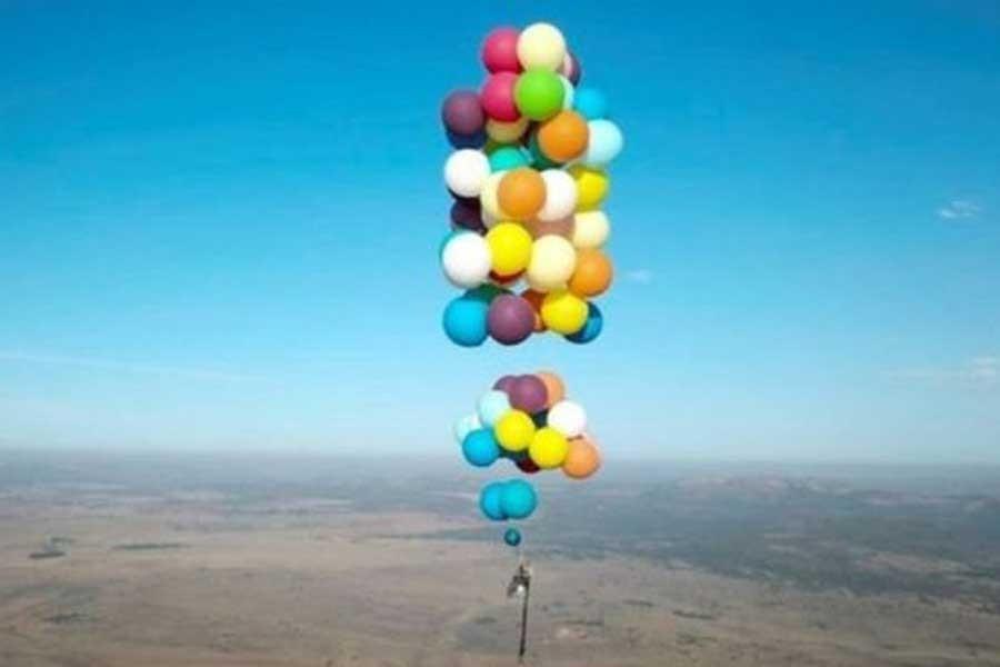100 balon ve bir sandalye ile havada 25 km seyahat etti