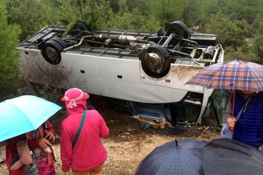 Akseki'de tur midibüsü devrildi: 20 yaralı