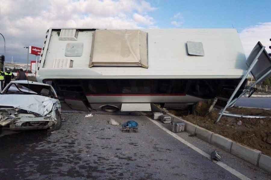 Kütahya'da işçi servisi, otomobille çarpıştı: 9 yaralı