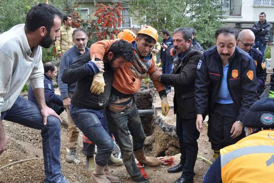 Göçük altında kalan işçi su hortumuyla ölümden kurtuldu
