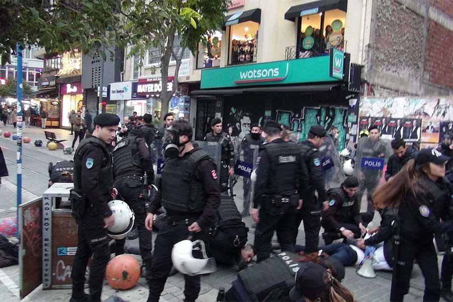 Kadıköy'de Ekim Devrimi eylemine polis saldırdı