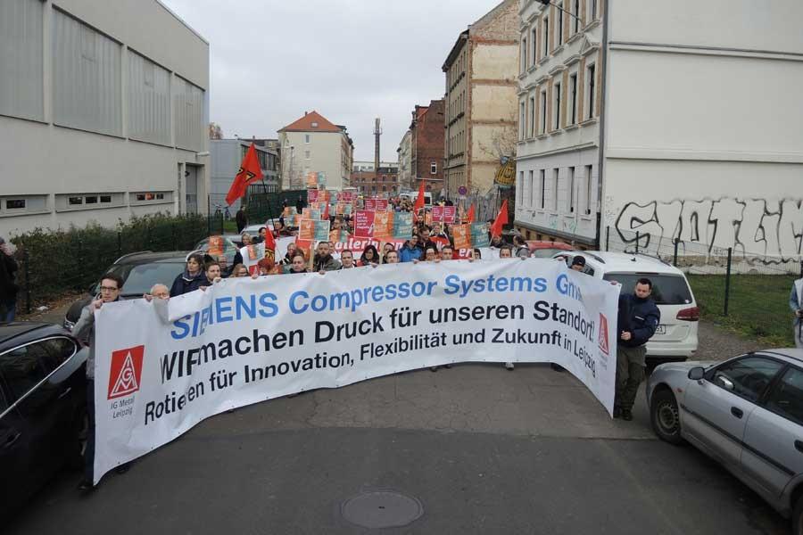 Siemens'te işçiler, işten atmalara karşı eylemde