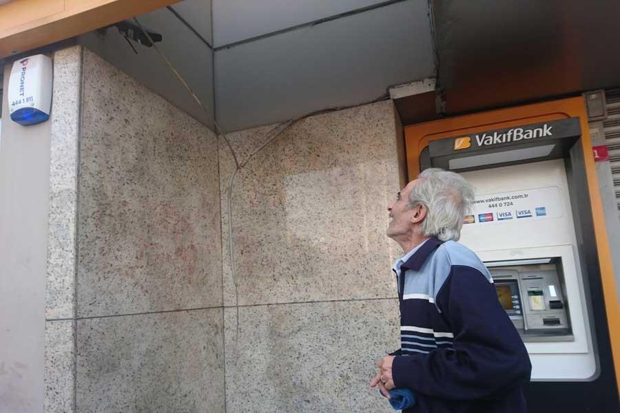 Taksim'de banka şubesine sandalye bacağıyla saldırı
