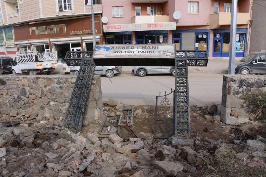 Ehmedê Xanî anıtının ardından parktaki tabelası da yıkıldı
