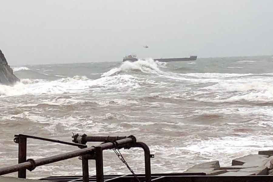 Bartın Limanı açığındaki gemi fırtına nedeniyle sürüklendi