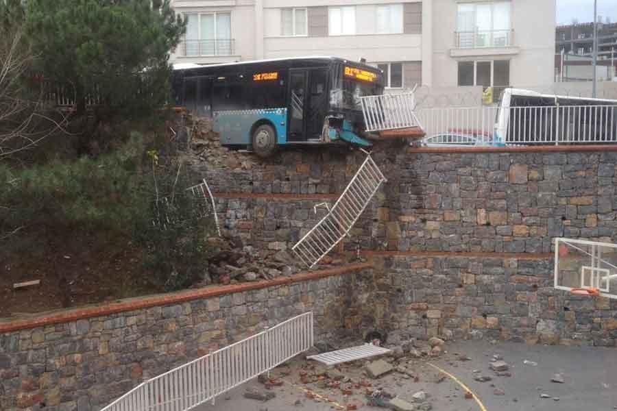 Ümraniye'de halk otobüsü, okulun duvarını yıktı