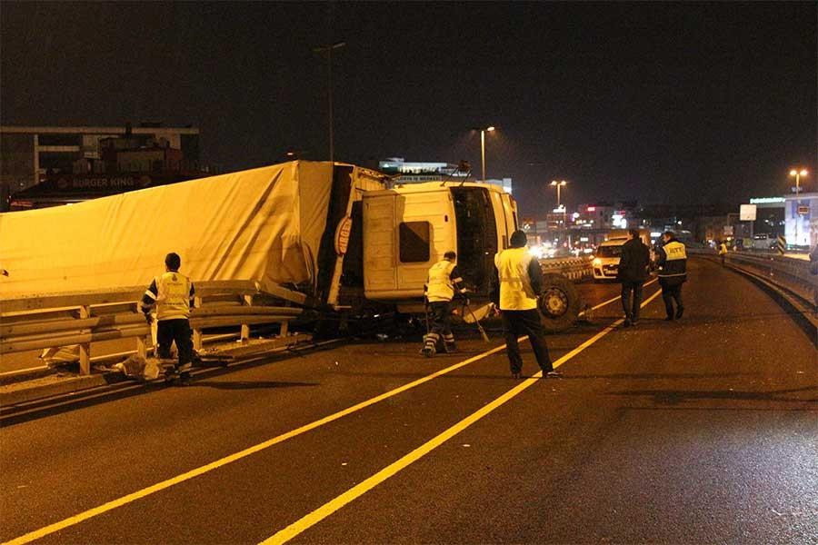 Metrobüs yoluna TIR devrildi: 1'i ağır 3 yaralı