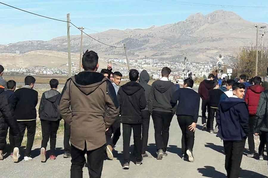 Ergani'de öğrenciler yemek için her gün 2 km yürüyor