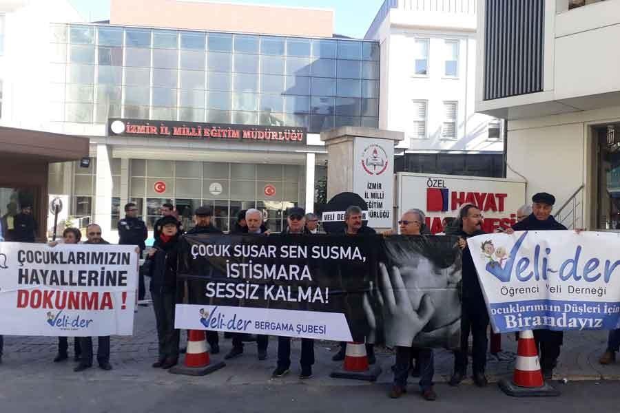 İzmir'de veliler, Milli Eğitim'e siyah çelenk bıraktı