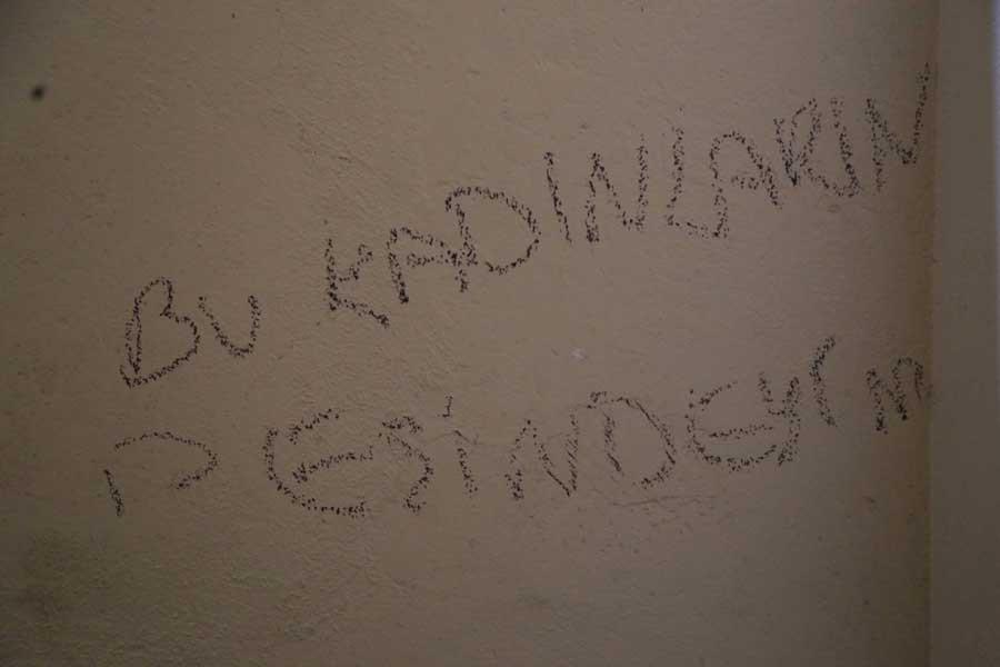 Bağlar'da evlerin duvarına kadınları tehdit eden yazılama