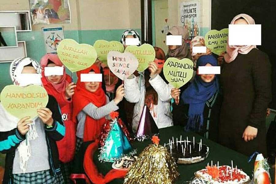 Öğretmenden başörtüsü takan öğrenciler için kutlama