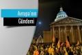 Fransa\'da ellerinde bayraklar olan bir grup öğrenci akşam saatlerinde eylem yapıyor. Fotoğrafın üzerinde Avrupa\'nın Gündemi özel sayfasının vinyeti yer alıyor.