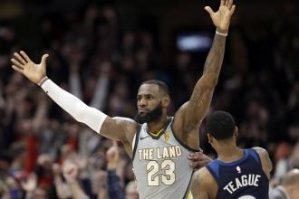 LeBron James, Cavs'i son saniyede galibiyete taşıdı