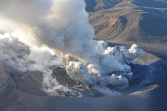 Japonya'da faailiyete geçen Shinmoedake volkanı için uyarı