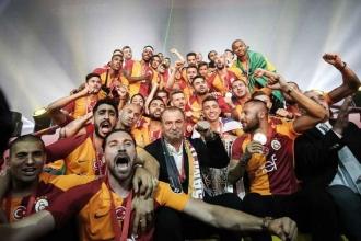21. kez şampiyon olan Galatasaray kupasını aldı