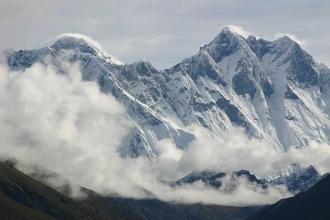 Everest'e tırmanan 2 dağcı yaşamını yitirdi