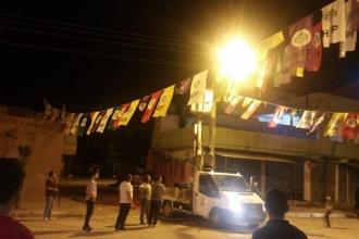 Polis, HDP'nin seçim bürosunun önüne astığı bayrakları söktü!