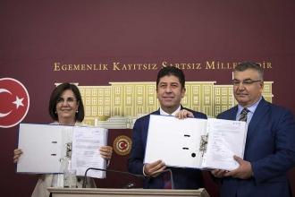 CHP'de kurultay için imza süreci polemiklerle sürüyor