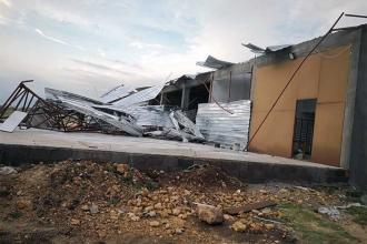 Osmaniye'de şiddetli rüzgar çatıları uçurdu