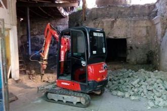 Tarihi hamamda iş makinesi ile restorasyon çalışması