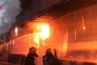 Sakarya'da yapı malzemeleri üreten fabrika yandı