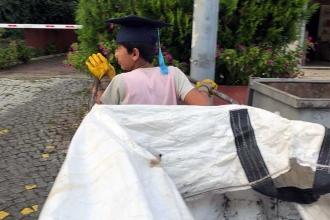 2 milyon örnekten biri: Okul çantası yerine atık kağıt taşıyor
