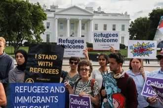 Trump'ın mülteci azaltma kararı Beyaz Saray'a önünde protesto edildi