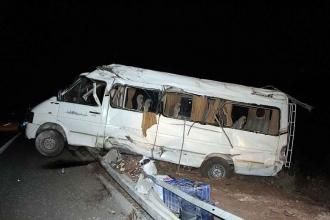 Tarım işçilerini taşıyan minibüs bariyerlere çarptı, 17 kişi yaralandı