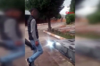 Polis, Atatürk büstüne hakaret eden çocuğa tekme attı