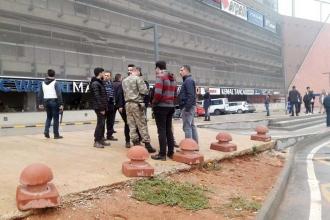 AVM'de firari asker mağaza çalışanlarını rehine aldı