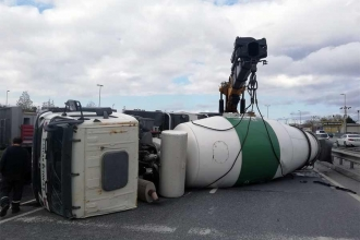Sultangazi'de beton mikseri devrildi; sürücüsü yaralandı