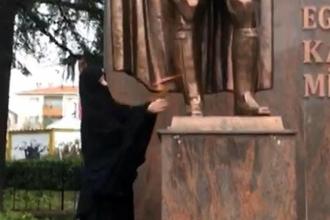 Mustafa Kemal Atatürk anıtına balta ile vuran kadın serbest bırakıldı