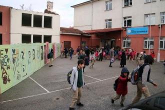 Okul bahçesinde harabe bina tehlikesi