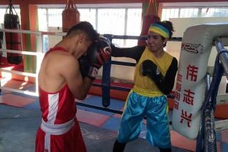 Afgan kadın boksör tehditlere boyun eğmiyor